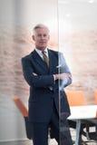 Retrato do homem de negócio superior considerável no escritório moderno Fotografia de Stock
