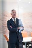 Retrato do homem de negócio superior considerável no escritório moderno Fotos de Stock Royalty Free