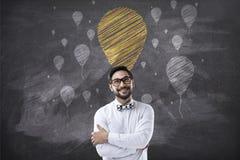 Retrato do homem de negócios com os braços cruzados e os ícones do balão do giz Imagem de Stock Royalty Free