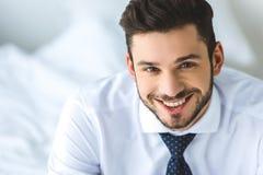 retrato do homem de negócios considerável no sorriso branco da camisa e do laço imagens de stock