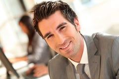 Retrato do homem de negócios de sorriso foto de stock