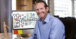 Retrato do homem de negócios de sorriso que senta-se no escritório com vários ícones na tela do copmuter Fotos de Stock Royalty Free