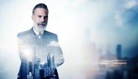 Retrato do homem de negócios farpado no terno e no dobro fotos de stock