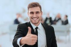 Retrato do homem de negócios feliz que mostra o polegar acima imagem de stock royalty free