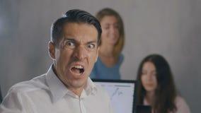 Retrato do homem de negócios irritado no local de trabalho no escritório Homem que mostra o medo, a raiva e a frustração no dia d filme
