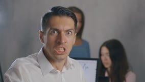 Retrato do homem de negócios irritado no local de trabalho no escritório Homem que mostra o medo, a raiva e a frustração no dia d vídeos de arquivo
