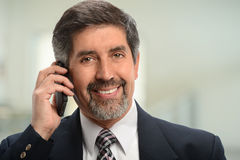Retrato do homem de negócios latino-americano Using Cell Phone imagem de stock royalty free