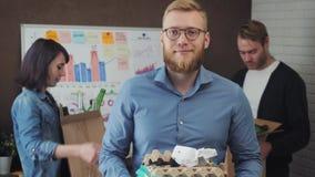 Retrato do homem de negócios no whith do escritório que recicla materiais video estoque