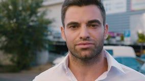 Retrato do homem de negócios novo bem sucedido na cidade que aprecia o estilo de vida urbano profissional Vista masculina conside vídeos de arquivo