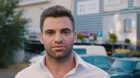 Retrato do homem de negócios novo bem sucedido na cidade que aprecia o estilo de vida urbano profissional Vista masculina conside video estoque