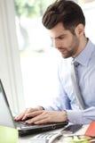 Retrato do homem de negócios novo com portátil Fotografia de Stock