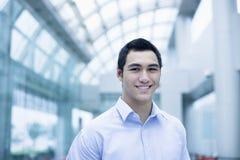 Retrato do homem de negócios novo de sorriso fotografia de stock