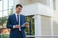 Retrato do homem de negócios novo de sorriso Imagem de Stock