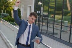 Retrato do homem de negócios novo de sorriso Fotos de Stock Royalty Free