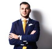 Retrato do homem de negócios novo de sorriso feliz fotografia de stock royalty free