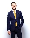 Retrato do homem de negócios novo de sorriso feliz, isolado no branco fotografia de stock