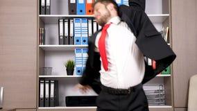 Retrato do homem de negócios novo em seu arround da dança e do salto do escritório vídeos de arquivo