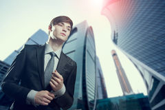 Retrato do homem de negócios novo em um ajuste urbano fotos de stock royalty free