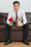 Retrato do homem de negócios novo no escritório Imagem de Stock