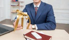 Retrato do homem de negócios novo no escritório Imagens de Stock