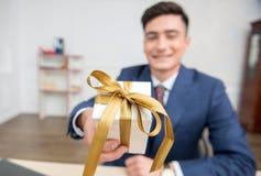 Retrato do homem de negócios novo no escritório Fotos de Stock Royalty Free