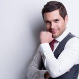 Retrato do homem de negócios novo no terno cinzento. Imagens de Stock Royalty Free