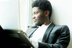 Retrato do homem de negócios novo pensativo fotografia de stock royalty free