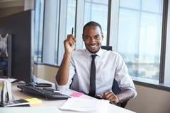 Retrato do homem de negócios At Office Desk que usa o computador fotos de stock