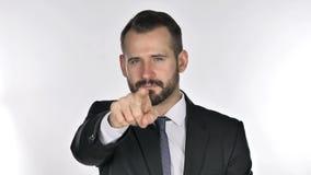 Retrato do homem de negócios Pointing da barba na câmera filme