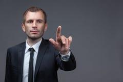 Retrato do homem de negócios que aponta gestos do dedo Fotos de Stock Royalty Free