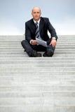 Retrato do homem de negócios que guarda o original em etapas Fotos de Stock
