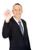 Retrato do homem de negócios que joga um plano de papel Fotografia de Stock Royalty Free