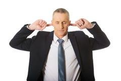 Retrato do homem de negócios que obstrui suas orelhas Fotos de Stock