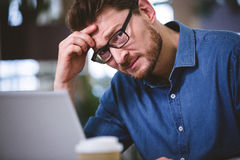 Retrato do homem de negócios que sofre da dor de cabeça no escritório fotos de stock royalty free