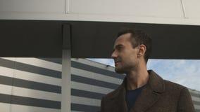 Retrato do homem de negócios sério perto do centro do escritório video estoque