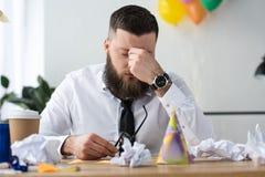 retrato do homem de negócios sobrecarregado no local de trabalho imagem de stock royalty free