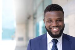 Retrato do homem de negócios de sorriso preto que olha a câmera em um ajuste urbano Copie o espa?o imagens de stock