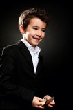 Retrato do homem de negócios do rapaz pequeno no baixo dinheiro de contagem chave Fotos de Stock Royalty Free