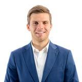 Retrato do homem de negócios novo de sorriso considerável Standing no fundo branco e vista da câmera Imagem de Stock Royalty Free