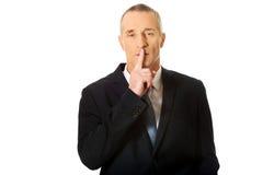 Retrato do homem de negócios que gesticula o sinal silencioso Fotografia de Stock Royalty Free