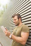 Retrato do homem de sorriso com computador da tabuleta imagem de stock royalty free