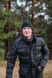 Retrato do homem de sorriso feliz no parque nevado do inverno Imagem de Stock Royalty Free