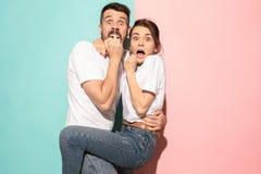 Retrato do homem e da mulher assustado no rosa e no azul fotografia de stock