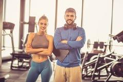 Retrato do homem e da mulher de sorriso no gym foto de stock