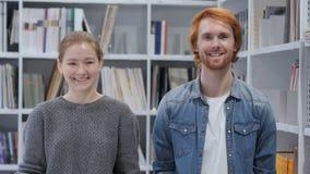 Retrato do homem e da mulher de sorriso que olham in camera, equipe vídeos de arquivo