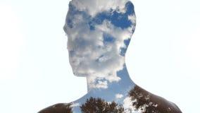 Retrato do homem e de nuvens pensativos no c?u - exposi??o dobro video estoque