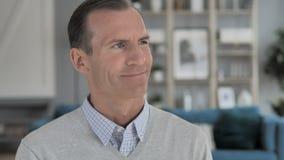 Retrato do homem envelhecido médio positivo bem sucedido vídeos de arquivo