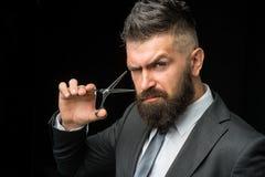 Retrato do homem farpado à moda Macho farpado Tesouras do barbeiro, barbearia Barbeiro do vintage, barbeando Retrato de imagens de stock royalty free
