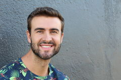 Retrato do homem farpado de sorriso bonito com os dentes brancos perfeitos Modelo masculino caucasiano bonito novo com sorriso sa Fotografia de Stock Royalty Free