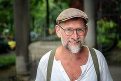 Retrato do homem farpado de sorriso considerável em seu 50s Imagem de Stock